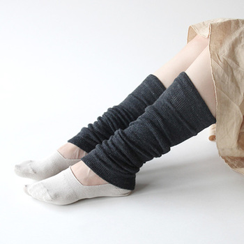 内側には柔らかくなめらかなシルクを、外側には吸放出性と保温性に優れたウールを使用したソックスです。  ウールはあたたかいだけでなく汗をかいてもすぐに発散してくれるので、蒸れにくくいつもすっきりとした着用感!伸ばして履くとひざ上あたりまで長さがあるのが嬉しいポイントです。