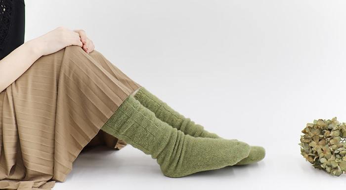 体から冷えをとる「冷えとり」。寒さで体温が下がってくると「冷え」によって血行が悪くなってしまい、体に様々な不調が現れることもあります。そのためこれからの季節は特に、ソックスやインナーで身体を暖めて、冷え対策をしっかり行うことが大事になります。