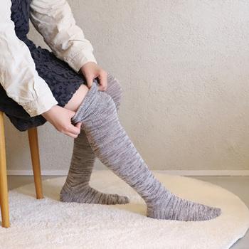 スカート着用時にふくらはぎから膝上まですべてカバーしてくれるので、あたたかさも抜群!レギンスと合わせるとよりずれにくくなります。