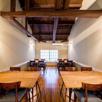 店内にはあたたかな光が入り、高い天井もあいまって開放感あふれる空間となっています。  1階には清潔感のある白木のカウンター席があり、ゆっくりと落ち着いて食事がいただけます。