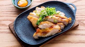 目玉は京都名物「てりすき」。てりすきとは、「照り焼きチキン」と「すき焼き」を組み合わせた一品。鶏肉にすき焼き風の濃厚なたれと卵黄をかけて戴きます。  鶏には『京赤地鶏』など「朝引き鶏」しか使わないというだけあって、汁気たっぷりの柔らかい鶏が味わえます。