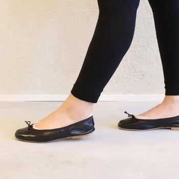 肌に直接触れる内側の面がシルクの快適レギンス。履き心地を重視し足首まわりは締め付け感をほとんど感じさせないつくりとなっています。  ベーシックなブラックは1枚あると様々なコーデに使えますよ♪