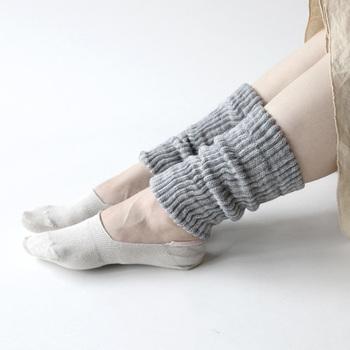シルク&ウールの2重構造レッグウォーマー。スカートだけでなく、パンツスタイルにも合わせやすいショート丈は、秋冬に大活躍してくれます。