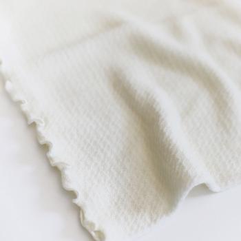 縫い目のない、シルクとウールの軽やかな肌ざわりで、妊婦さんのお腹を優しく包み込んでくれます。内側にシルク、外側にウールの生地を使用しているため、保温性と通気性をキープしながらも、柔らかくさらっとした着用感。薄手のためアウターにも響きにくいのが嬉しいポイントです。