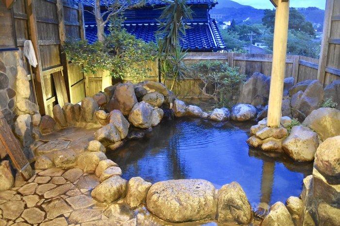 《大分・熊本・佐賀・長崎》の代表的な温泉地を紹介しましたが、いかがでしたか?全国の源泉数の約35%を誇る九州には、まだまだたくさんの温泉があります。温泉地によって泉質や色はもちろん、旅館によっても趣が異なるため、秋冬のお出かけは、温泉巡りを楽しんでみてはいかがでしょうか?