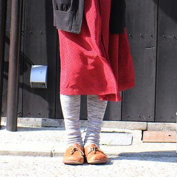 膝丈〜ロングスカートに合わせたい、シルク×ウールのニーハイソックス。伸ばして履けばタイツのようにも見えますし、クシュっとたるませて履いても◎
