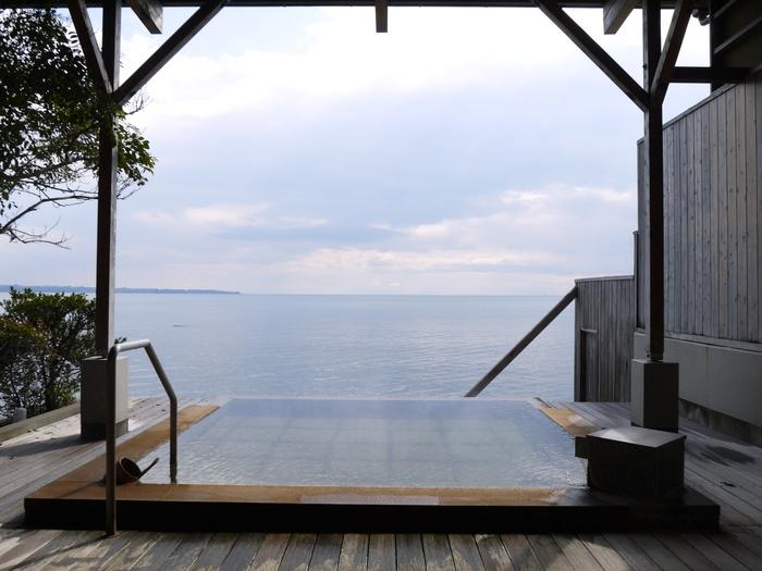 「潮騒の宿 晴海」の潮騒の湯は、まるで海と繋がっているかのような温泉が魅力。泉質はナトリウム塩化物泉で、海を眺め潮風を感じながら温泉に浸かる…最高の贅沢を味わえます。