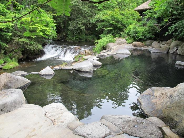 7つの泉質が黒川温泉の大きな特徴。旅館が自家源泉を持っているため、硫黄泉や含鉄泉など泉質の異なる温泉を楽しむことができます。「黒川温泉 山みず木」は、ナトリウム塩化物硫酸塩泉で、露天風呂の隣に川が流れているので、豊かな自然を感じながら贅沢な時間を過ごせます。