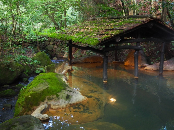 「黒川温泉 旅館 山河」は、薬師の湯(単純硫黄泉)と美肌の湯(ナトリウム塩化物、炭酸水素塩、硫酸塩泉)の2つの源泉が楽しめます。小川のせせらぎを感じながら温泉に浸かれば癒されること間違いなし。