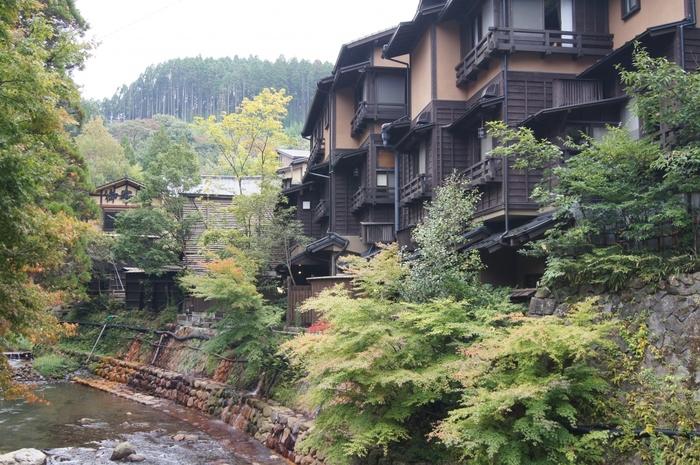 熊本県阿蘇郡南小国町にある「黒川温泉」。ミシュラン・グリーンガイド・ジャポンで二つ星になったことでも知られる、全国的に人気の温泉地です。山々に囲まれた黒川温泉は雰囲気抜群で、四季折々の自然を楽しめるのも魅力。黒川温泉を巡るなら観光案内所で「入湯手形」を購入しましょう!28ヵ所の中から3湯に入ることができるのでとってもお得!お店の割引サービスなどの特典付きです。