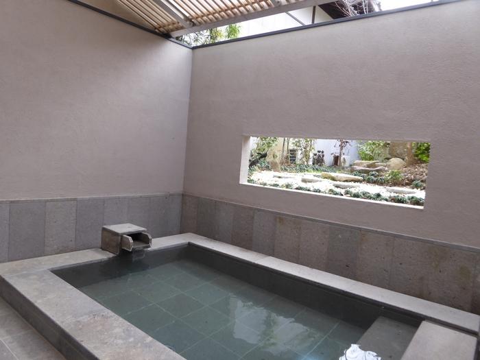 嬉野温泉の泉質は、無色透明で、とろっとぬめりのあるお湯が特徴の「重曹泉」。肌がしっとりとスベスベになると女性に人気です。こちらは、日帰りでの利用もで家族風呂もある「旅館 吉田屋」の季風湯。和の雰囲気の温泉からモダンな印象の温泉まで、それぞれ異なる雰囲気が魅力です。