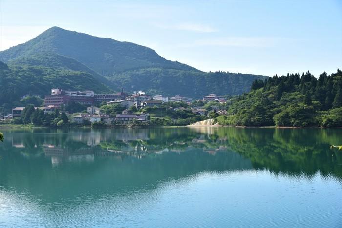 長崎県雲仙市小浜町にある「雲仙温泉」。キリシタン殉教悲史の舞台となった場所として知られ、雲仙天草国立公園は日本で最初に国立公園に指定されました。高温の温泉が噴出する「雲仙地獄」をぐるっと囲むようにして温泉街が建ち並んでいます。のどかな雰囲気に包まれた温泉地なので、都会を離れてのんびり静かに過ごしたい方におすすめです。