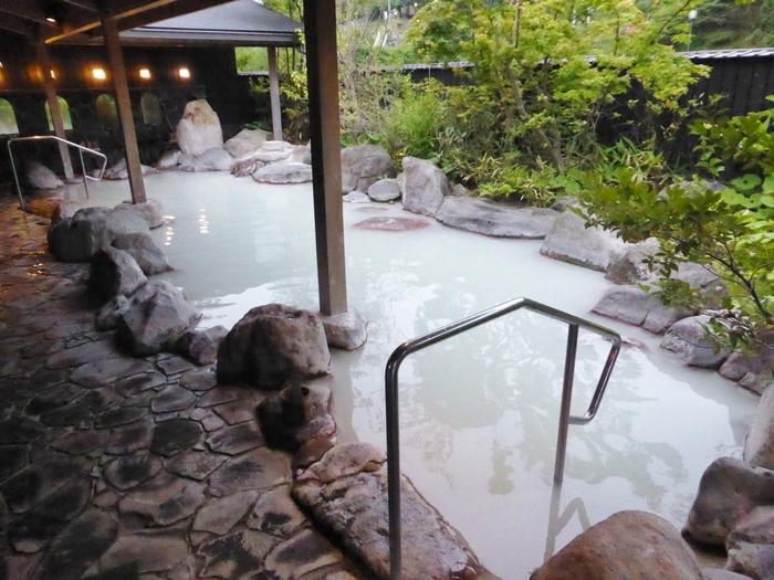 雲仙温泉の泉質は「酸性硫黄泉」で、旅館によって透明と白濁しているところがあり、それは雲仙地獄の配管から引湯することで、硫黄を含んだ鉱泥が流れてくるかによって異なります。