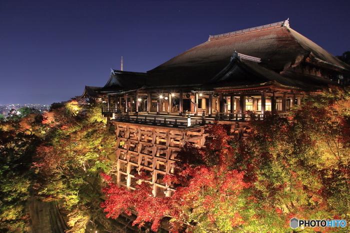 まずは、定番「清水寺」から。言わずと知れた有名スポットですが、やっぱり見逃せないこのロマンチックな雰囲気。夜のライトアップには毎年多くの人が訪れます。夜間の特別拝観の期間は年毎に変わりますので、ご確認のうえ、訪れてみてください。