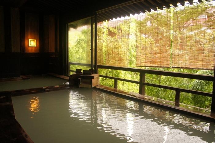 こちらは「民芸モダンの宿 雲仙福田屋」です。源泉掛け流しの濁り湯が特徴で、あつ湯・ゆる湯の2種類ががあり朝晩で男女入れ替え制になっています。