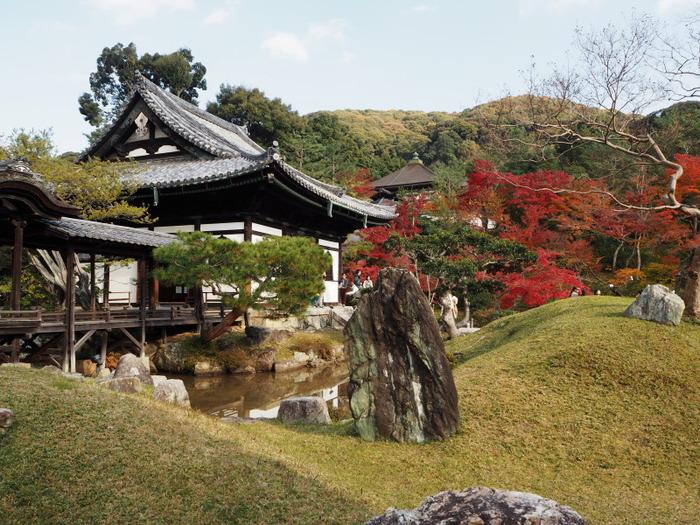 こちらも、人気紅葉スポット「高台寺」。市バスで東山安井を下車、歩いて約7分の距離にあります。豊臣秀吉の正室・北政所(ねね)が、亡くなった秀吉を弔うために建てた寺院です。美しい庭園と建物は、海外からの観光客にも人気です。