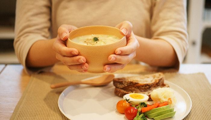 お味噌汁はもちろん、スープを入れても馴染みやすい柔らかな木目と色合いが素敵です。汁物の他にも、朝食のグラノーラやランチのサラダを入れてもいいですね。サイズは小・中・大の3種類あるので、家族みんなで揃えても。
