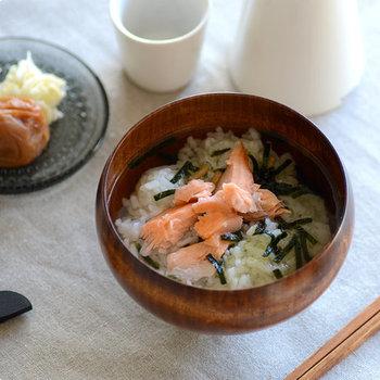 木製のお椀は汁物の他にも、ご飯ものやお雑煮、丼もの、麺類などに使ってもしっくりきます。特にお茶漬けやちょっとした汁麺だと、違和感なく使っていけそうですね。ちょっと大きめの椀を選んでおくと、使い道が広がりますよ。