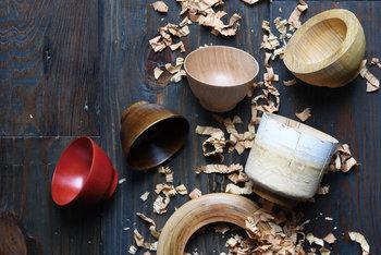 「日々」の暮らしに寄り添う器を。そんな願いがこもったKINTOの「HIBI」は、木目の美しさを活かした漆椀です。マットな質感を生み出す拭き漆により、艶やかな漆の特徴と木の椀の自然な風合いがどちらも楽しめます。