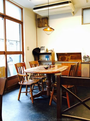 「ロバ(驢馬)とオレンジ」という店名を見ただけで、ワクワクしてきますよね♪看板もレトロなデザインで、店内のアンティーク調の家具にも一つ一つにこだわりを感じられる、とっても素敵な空間です。