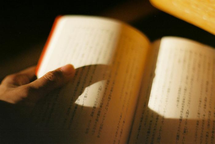 本を開き、目次や書き出しなどの冒頭部分に目をやって見ましょう。どんな本であれ、冒頭部分には情報が凝縮しています。