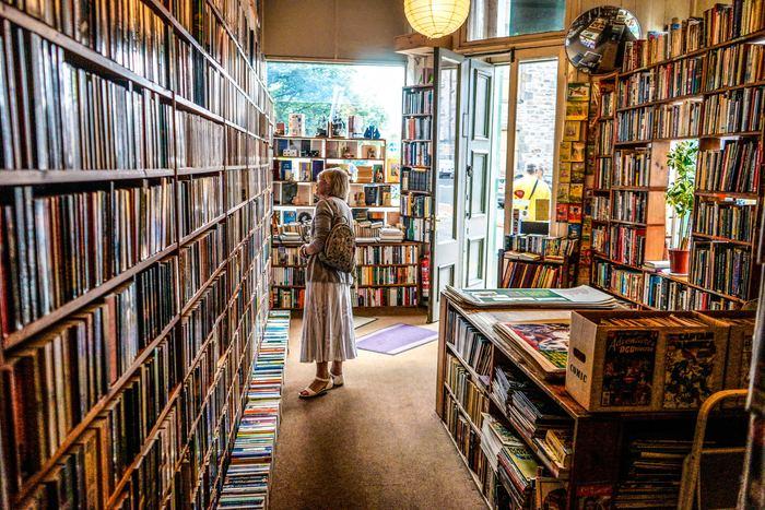 選び方をいくつかご紹介しましたが、何も決めずに本屋へ入ってみるというのもアリです。実際はこれが一番奥深い選び方かもしれません。  義務感を持たず、本棚の間を歩き回り、気になった本を手に取ってみる。とても直感的な選び方です。やってみると意外と難しいことがわかると思います。「生活に役立つものを」、「仕事に活かせる知識を」などと雑念があれこれ過ってしまうのです。