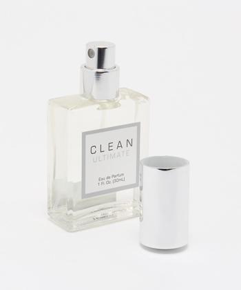 香水を付けると良い香りに包まれて、心身ともにリフレッシュできますよね。でも、付けすぎると香りがキツくなり、周りに迷惑になってしまうことも。ナチュラルな香りを楽しむためには少量を意識して、ふんわりと香る程度に付けることがポイントです。