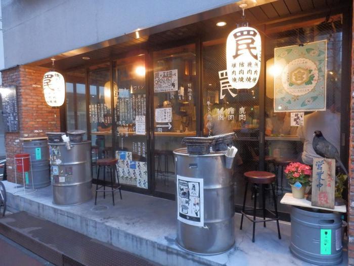 """JR神田駅西口から3分、銀座線神田駅から5分。ハンターから直接買い付けたジビエを七輪で焼く""""焼きジビエ""""の専門店として2014年にオープンしました。※ランチはありません。 ジビエと産地はエゾシカやヒグマ(北海道)、シカ(長野・岡山・山口・熊本)、イノシシ(島根・山口・福岡・長崎・熊本)、カモ、ツキノワグマ(愛知)ほか。"""