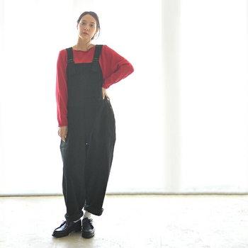 黒のサロペットに赤の長袖インナーを合わせると、それだけでモードな雰囲気に。ゆとりのあるシルエットでカジュアルに着崩せば、大人女子にぴったりなサロペットコーデの完成です。