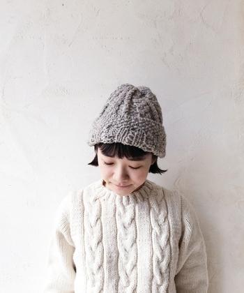 ペルーの羊毛を使って、ペルーの女性達がハンドメイドで作ったニット帽。手作りだからこその温かみを感じられる帽子は、ナチュラルコーデにも合わせやすいですね。