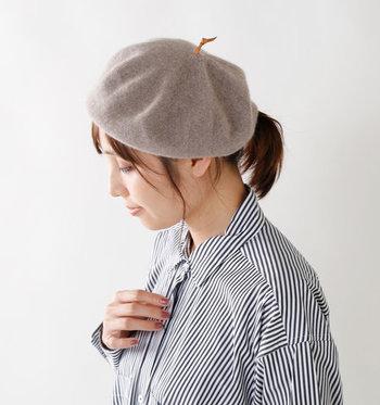 ふんわりと優しいタッチのカシミヤベレー帽に、牛皮でちょぼをあしらった遊び御心をプラス。シンプルなのに上品で、大人コーデにもぴったりです。