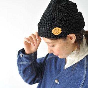 「IL BISONTE(イルビゾンテ)」のブランドレザーパッチをあしらったシンプルなニット帽は、カジュアルやスポーティーなコーデに合わせたいアイテム。メンズライクな印象の強いデザインなので、カップルでのリンクコーデにもぴったりです。