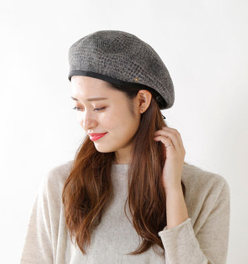 シンプルなシャギー素材のベレー帽と、チェック柄のベレー帽。リバーシブルで楽しめるアイテムなので、着回しの幅もグット広がりそうです。クラシカルにもカジュアルにも、色々な表情を楽しんでみて。