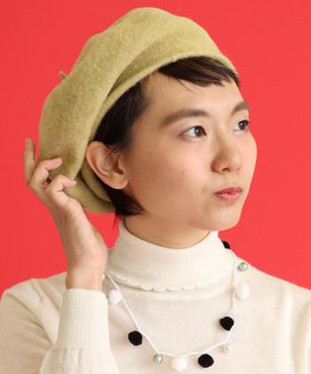 ウール素材で作られたベレー帽は、暖かみと季節感が抜群のアイテム。カーキやイエローなど落ち着いたカラーが揃っているので、ナチュラルコーデにワンアクセントをプラスできます。