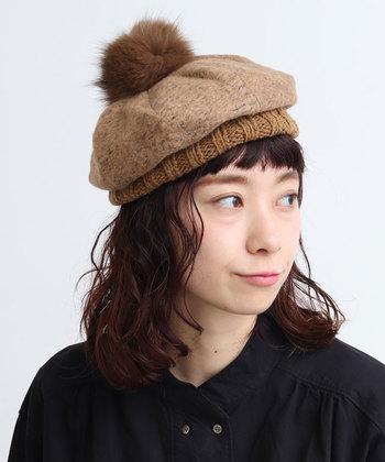 ニットとファーを組み合わせた、異素材ミックスのベレー帽。モコモコとしたボリューム感が魅力で、浅く被るか深くかぶるかを変えるだけでも異なるシルエットを楽しめます。