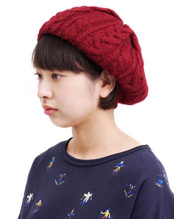 アルパカの糸で作られた、軽くて暖かなニットベレー帽。サッと頭にのせるだけで、季節感たっぷりなコーディネートに格上げできます。