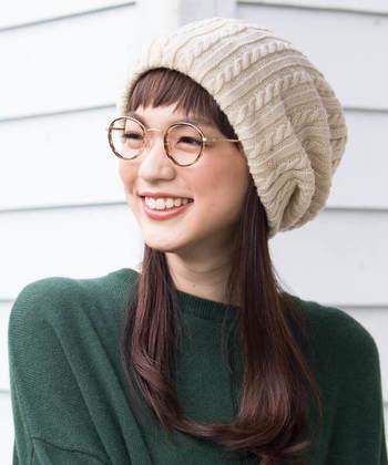 ゆったりと被れるケーブル編みのニット帽は、耳まですっぽりと覆い隠せるのが特徴の一枚。暖かく締め付けないので、どんな場面でも扱いやすいアイテムです。