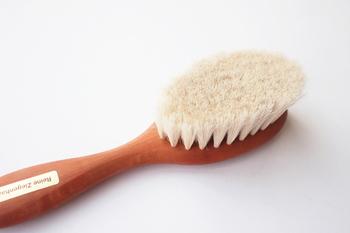 ドイツの有名な生活用品ブランド「REDECKER(レデッカー)」のベビー用ヘアブラシは、ヤギの毛で作られているため非常に柔らかく繊細。優しくブラッシングしてあげるだけで、静電気や絡まりを解消できます。