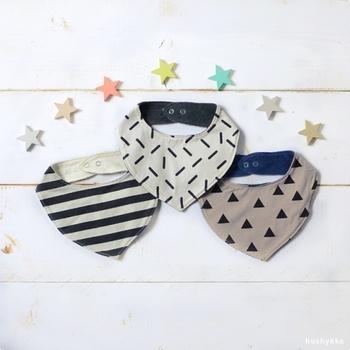 よだれの多い赤ちゃんには欠かせないよだれかけも、おしゃれなものを数枚揃えておきたいというママは多いです。性別や服装の雰囲気に合わせて、素敵なデザインのビブをプレゼントしてあげましょう。
