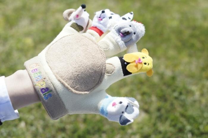 手袋にキュートな犬のデザインがあしらわれた、とってもにぎやかなボディグローブ。一見ただのおもちゃのようにも見えますが、実はこれ体を洗うためのグローブなんです。手袋の真ん中には石けんが入れられるポケットが付いているので、きめ細かな泡で赤ちゃんの肌を洗ってあげられます。