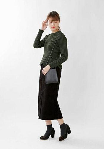 花びらのような裾が印象的なニットトップスは、カーキで色を抑えて大人っぽく。コーデュロイ素材のタイトスカートも、黒を選べば上品見せが叶いますよ。