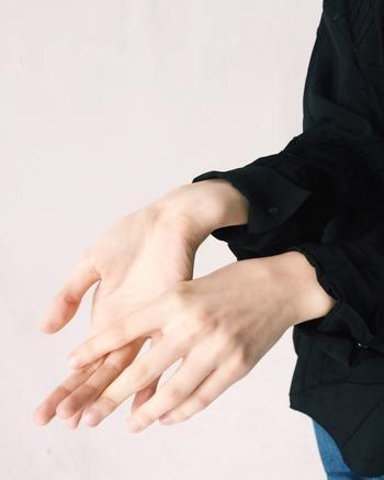 香水は付ける位置によって香り方が変わります。控えめで上品な香りを楽しみたい時には、手首や足首に付けるのもおすすめです。手や足を動かすたびに、ふんわりと優しい香りが広がります。