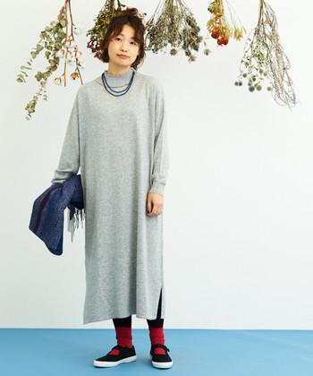 トレンド感たっぷりなスタンドカラーのワンピースは、フリルのような襟元がキュートな印象のアイテムです。グレーやネイビーなどのシックなカラーを選べば、靴下やスキニーパンツと合わせてもキレイめな印象に。
