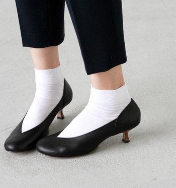 大人数が集まるホームパーティーでは、玄関を利用する人も多くなってしまうもの。靴を脱いだり履いたりに時間がかかると、他の人の迷惑になってしまう可能性もあります。  ホームパーティーにお邪魔する際は、サッと脱ぎ履きができる、パンプスなどの靴を選ぶのがおすすめです。