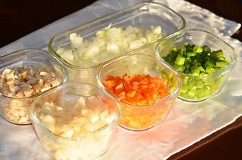 「食物繊維」は、「水溶性食物繊維」と「不溶性食物繊維」の大きく2つに分けることができます。  《腸活》には、この「水溶性」「不溶性」を、その時々の腸の調子にあわせて組み合わせた食事が大切です。  今回は、このような食物繊維の基本的情報と、食事への取り入れ方についてご説明します。