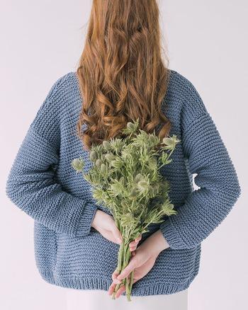 香水は下から上へと香りが広がるので、腰のあたりに付けるとほのかな香りに全身が包まれます。さりげなくフレグランスを纏っているような、優雅な香りを楽しむことができます。