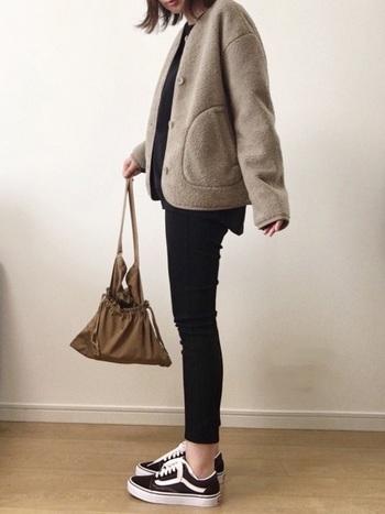 ユニクロといえば「フリース」。今年のフリースはノーカラのものが人気のようです。こちらはワンサイズ大きめをざっくり羽織った着こなし。細めのパンツとのバランスも抜群です。