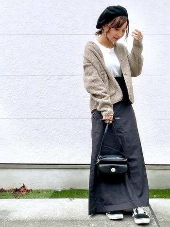 もちろんロングスカートとの相性も◎スポーティな印象のフリースを、バッグやベレー帽を使って女性らしい雰囲気にチェンジ。もう少し寒くなったらコートのインナーとしても使えますよ♪