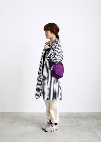 秋冬の淡色コーデにはちょっぴりスパイスのある「パープル」のショルダーバッグを差し色にしてみても素敵ですね。