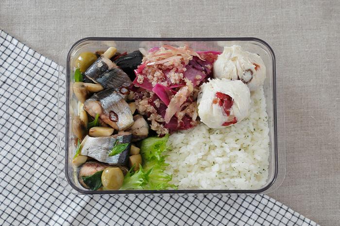 オリーブオイルで、秋刀魚をささっと煮て、旬のきのこと一緒にいただくレシピ。オイルにはニンニクや鷹の爪をきかせていて、アヒージョのような味わいで、ご飯にも、パンにも相性抜群。パスタに和えても美味しいですよ。